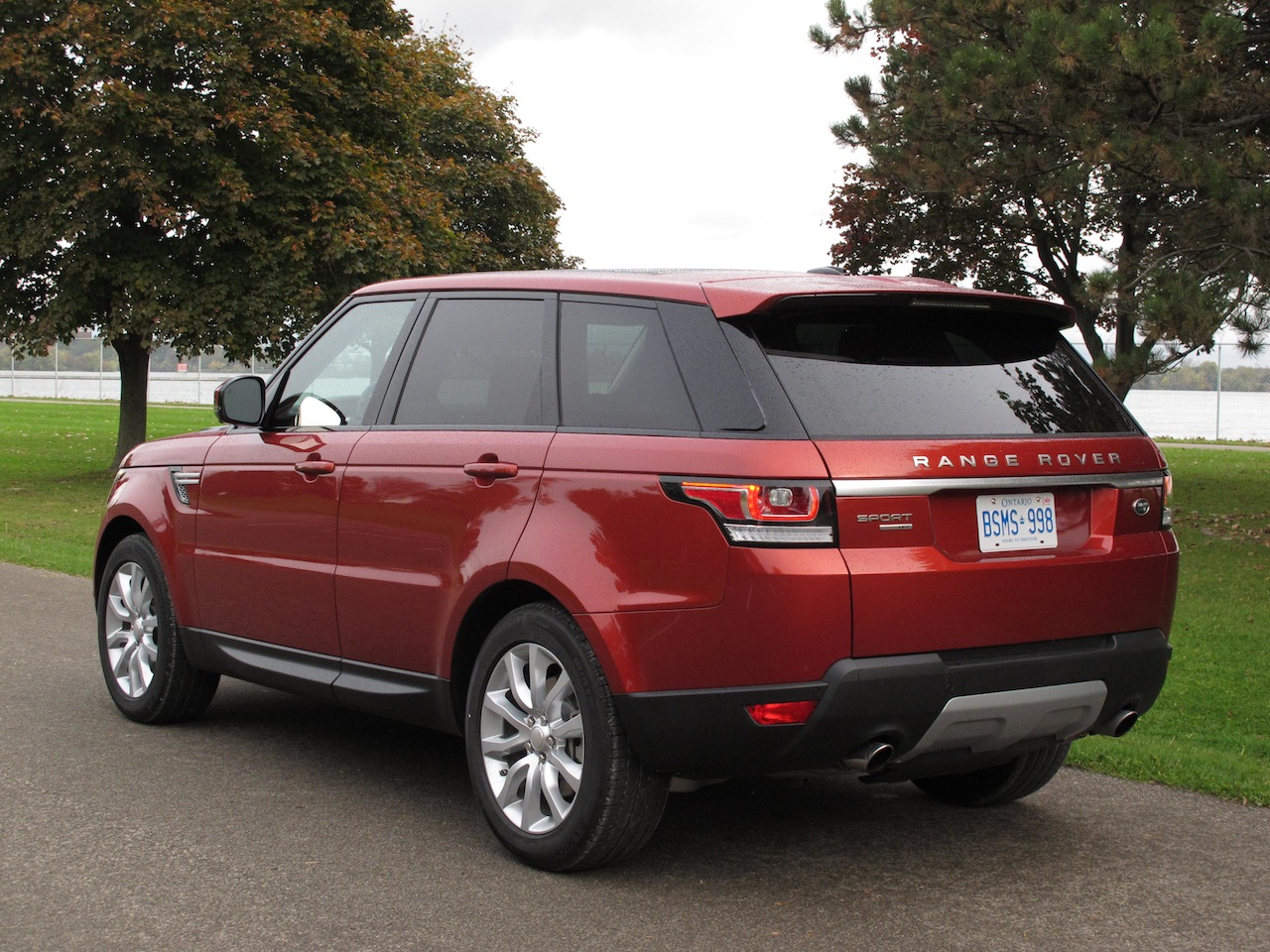 2014 range rover sport v6 hse and 2014 bmw x5 xdrive50i photoshoot comparison cars photos. Black Bedroom Furniture Sets. Home Design Ideas