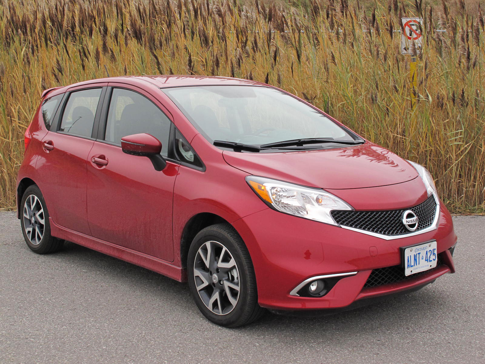 review 2015 nissan versa note sr canadian auto review. Black Bedroom Furniture Sets. Home Design Ideas