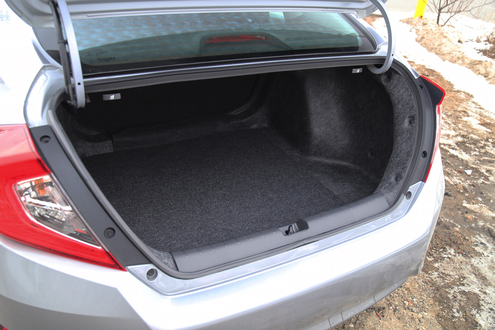 Quick spin 2016 honda civic ex t canadian auto review for Honda civic trunk
