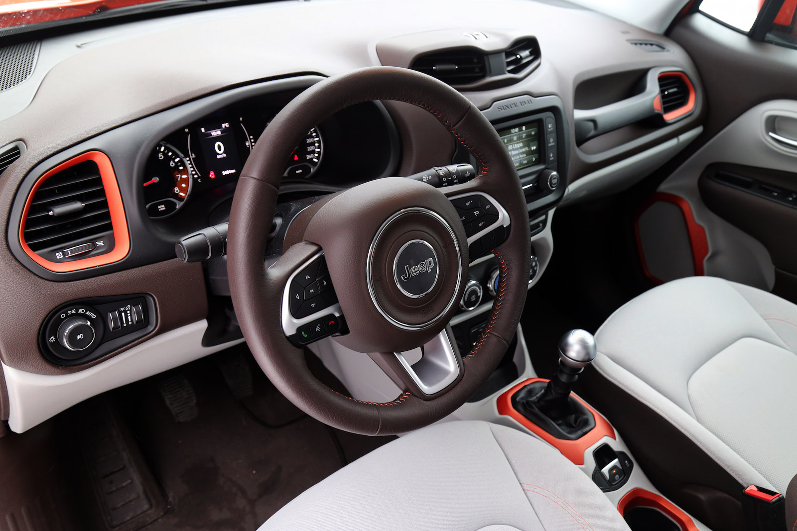 Comparison review 2016 honda hr v vs 2015 jeep renegade for Interior jeep renegade