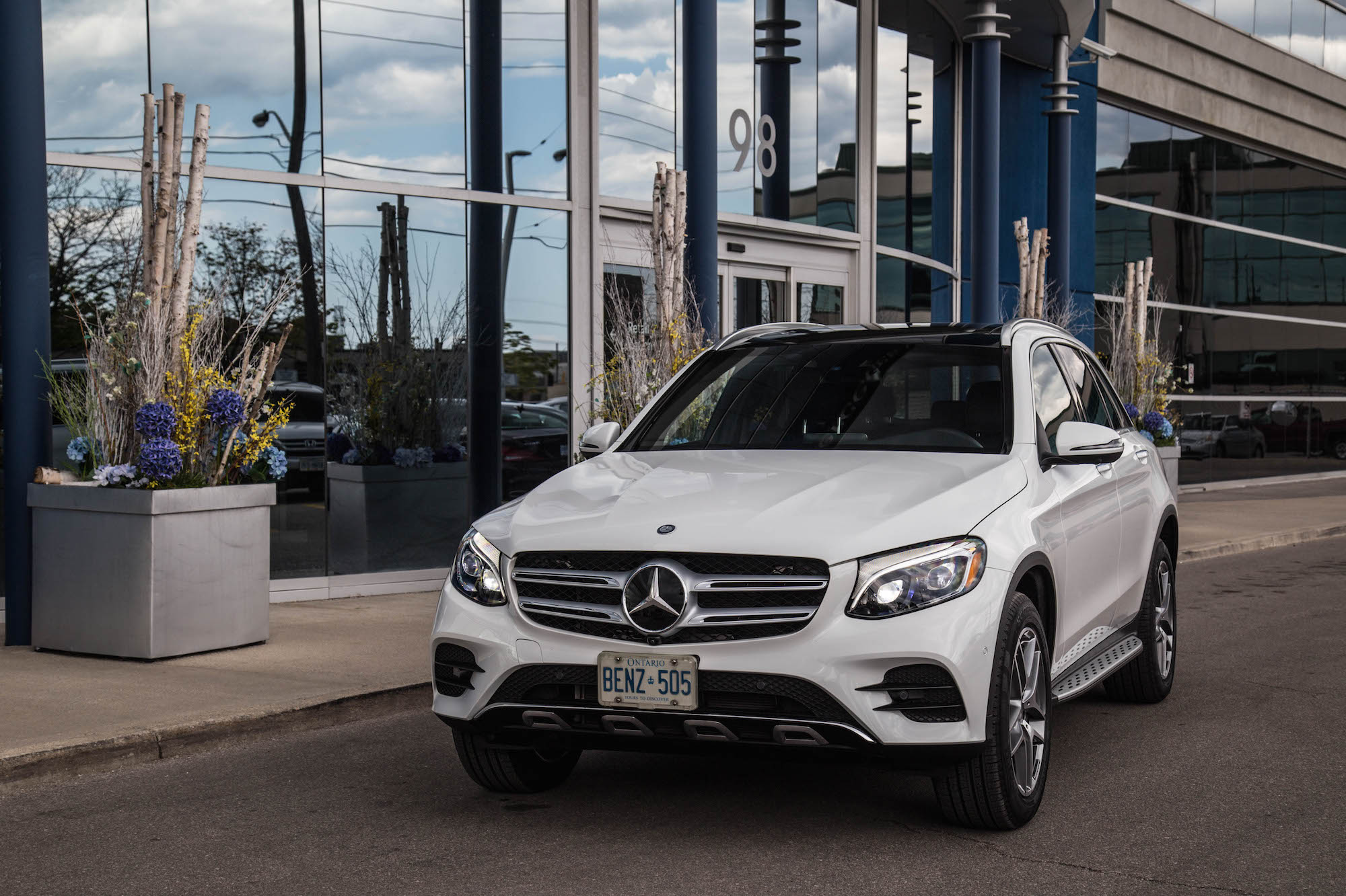 2016 glc 300 4matic canadian auto review for Mercedes benz white paint
