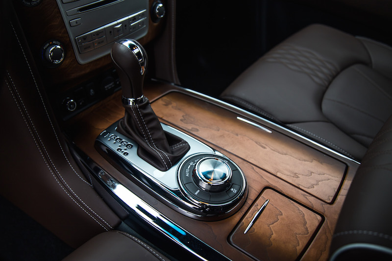 2017 Infiniti QX80 Limited center console