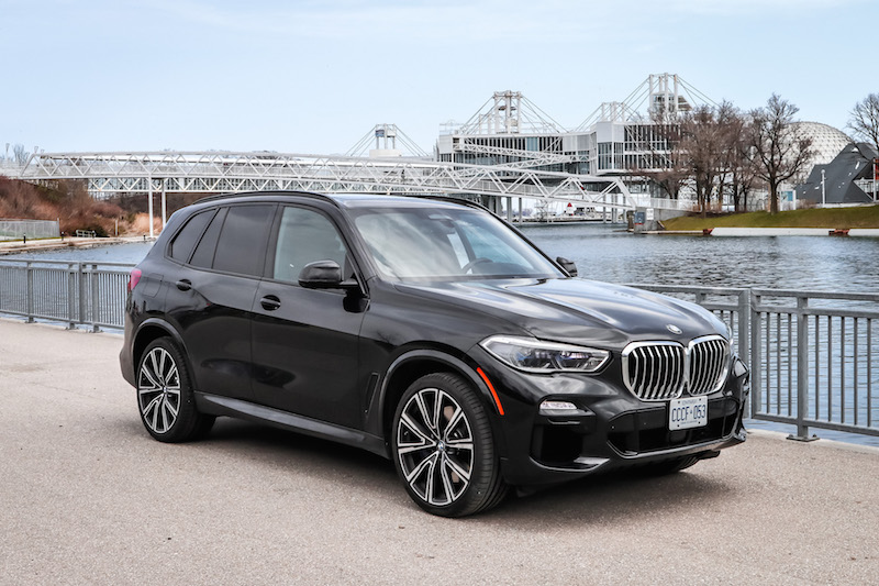 2019 BMW X5 xDrive 50i front quarters black paint
