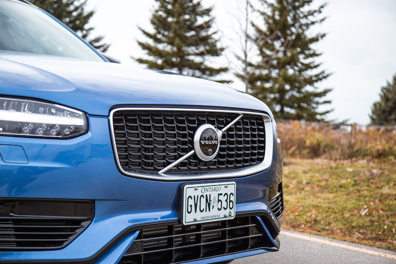 2020 Volvo XC90 T8 R-Design bursting blue front grill